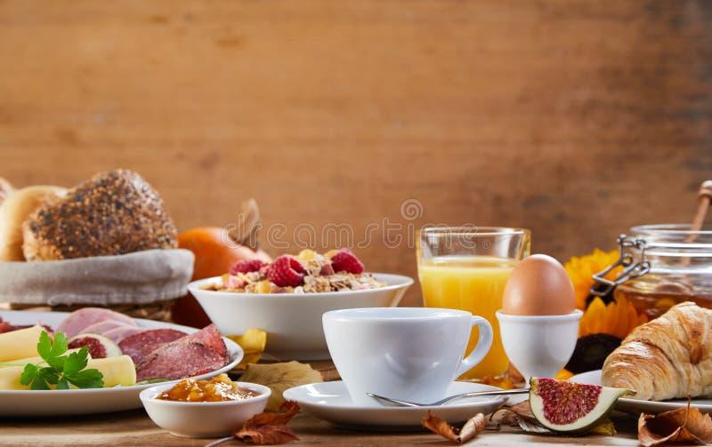 Vista laterale della tavola con il pasto della prima colazione immagini stock libere da diritti