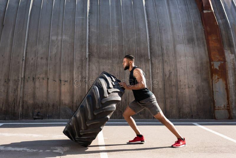 vista laterale dello sportivo afroamericano muscolare fotografia stock libera da diritti