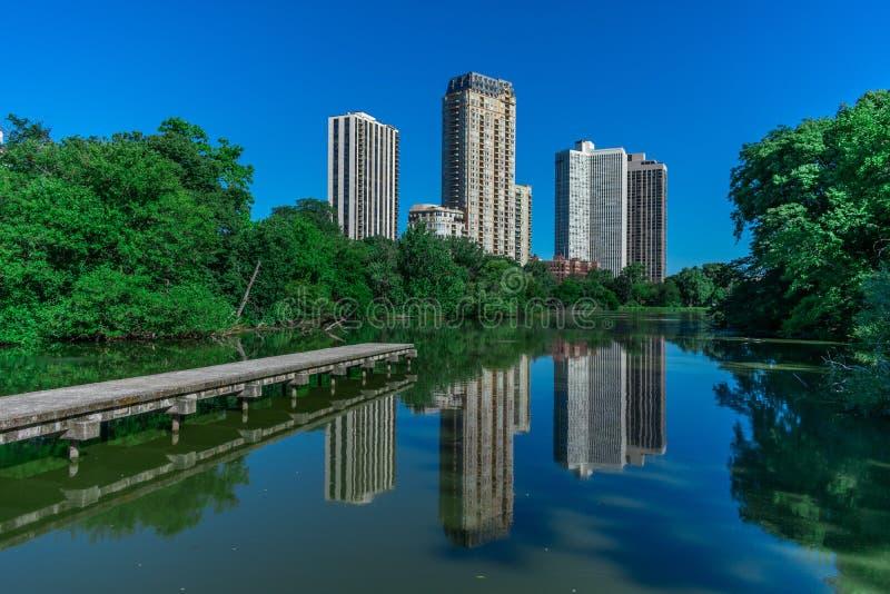 Vista laterale dello stagno del nord in Chicago con le riflessioni di costruzione fotografia stock libera da diritti