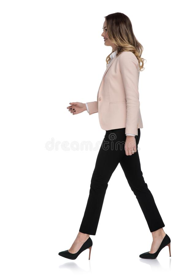 Vista laterale di giovane donna di affari nella camminata dei tacchi alti fotografie stock libere da diritti