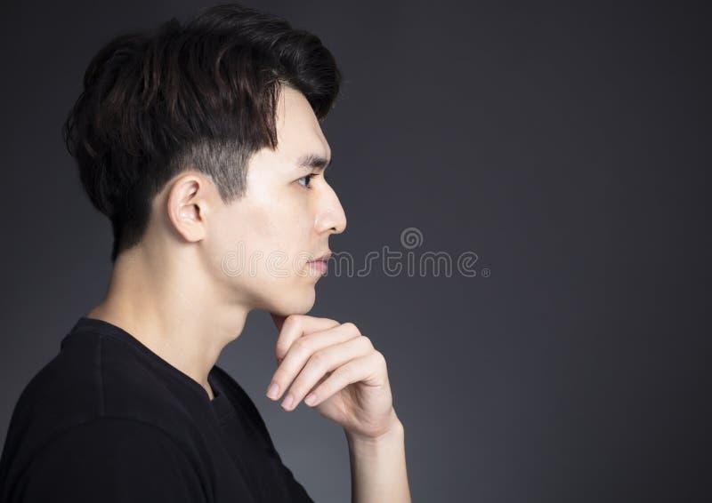 Vista laterale di giovane fronte bello dell'uomo immagine stock libera da diritti