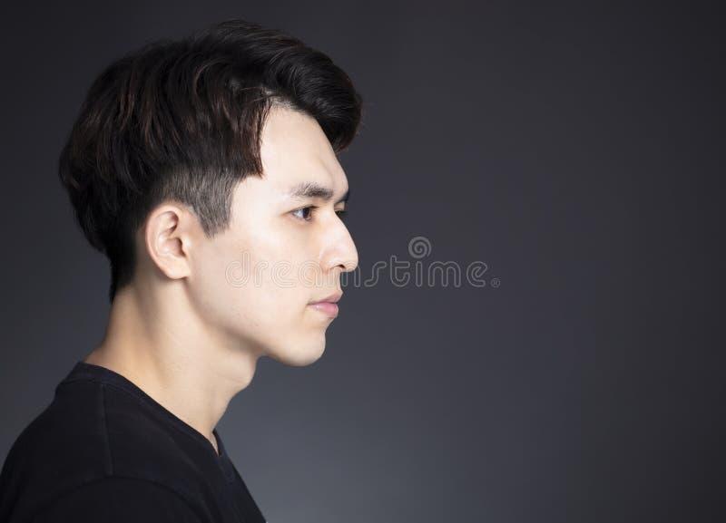 Vista laterale di giovane fronte bello dell'uomo fotografia stock libera da diritti