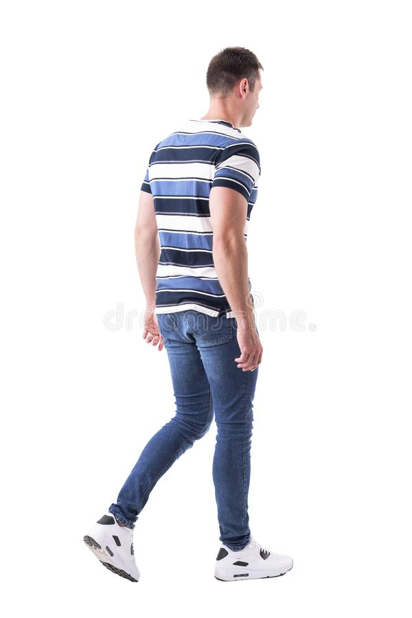 Vista laterale di giovane uomo adulto casuale nell'allontanarsi dei jeans immagine stock