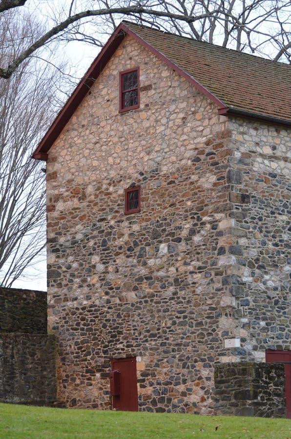 Vista laterale di grande granaio di pietra fotografia stock
