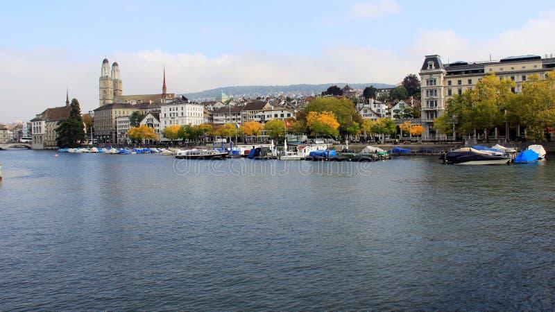 Vista laterale di panorama del fiume a Zurigo Svizzera immagini stock