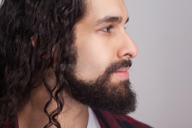 Vista laterale di profilo del primo piano dell'uomo sicuro bello con la l nera fotografie stock libere da diritti