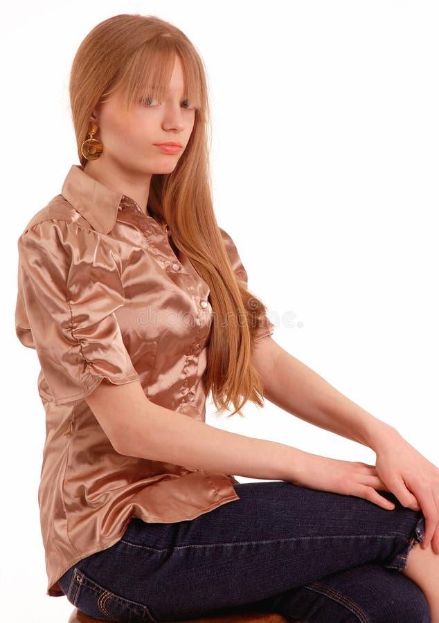 Vista laterale di seduta teenager immagine stock libera da diritti