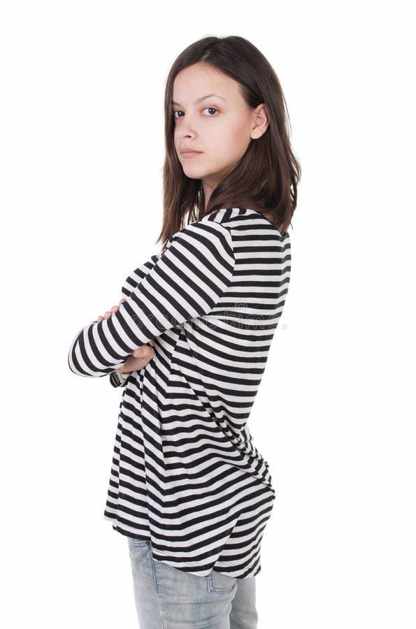 Vista laterale di stare giovane bella donna castana in a strisce fotografia stock