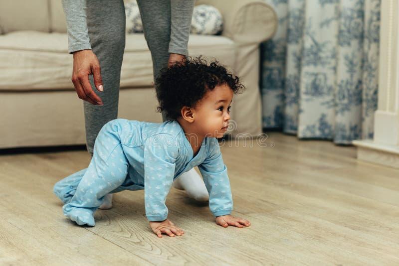 Vista laterale di strisciare sveglio del neonato fotografia stock libera da diritti