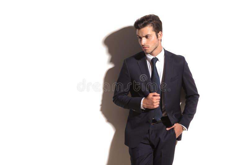 Vista laterale di un distogliere lo sguardo elegante dell'uomo di affari fotografia stock libera da diritti