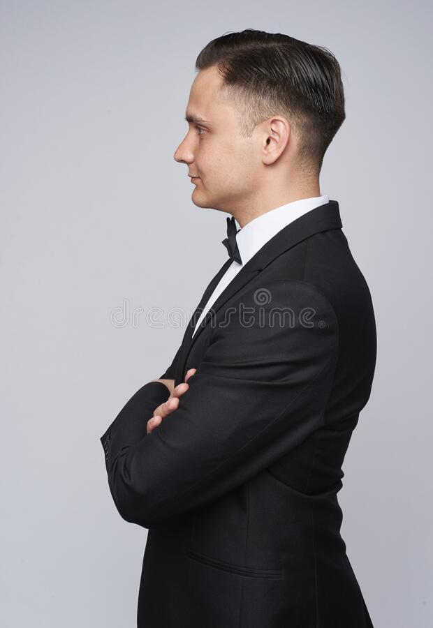 Vista laterale di un elegante che indossa lo smoking immagine stock libera da diritti