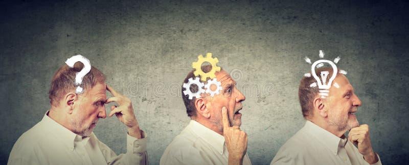 Vista laterale di un uomo anziano premuroso, pensando, trovando soluzione con il meccanismo di ingranaggio, domanda, lampadina fotografie stock