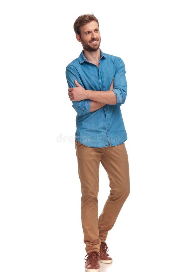 Vista laterale di un uomo casuale felice con le mani attraversate fotografia stock libera da diritti
