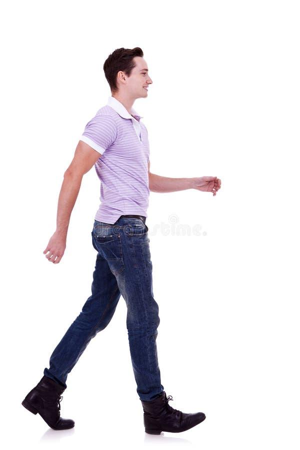 Vista laterale di un uomo di modo che cammina in avanti fotografia stock libera da diritti