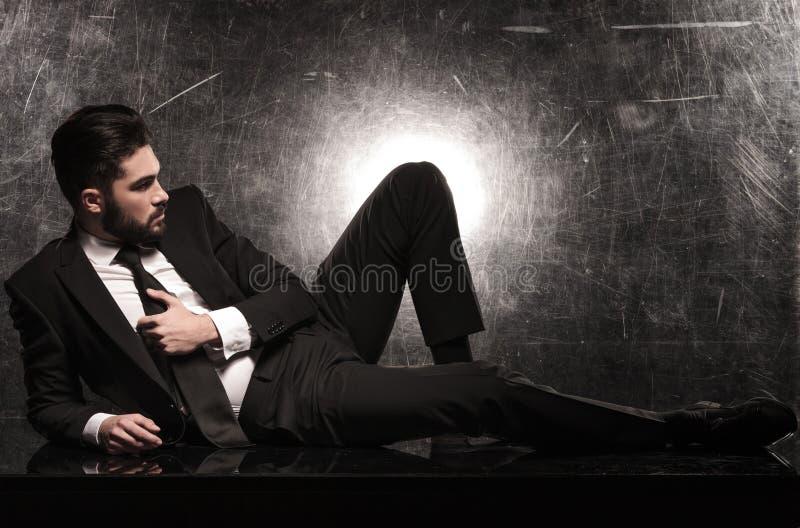 Vista laterale di un uomo drammatico di affari sul pavimento fotografia stock