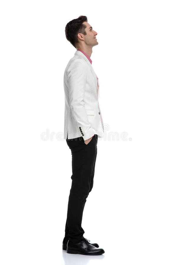 Vista laterale di un uomo elegante felice che sogna via fotografia stock libera da diritti