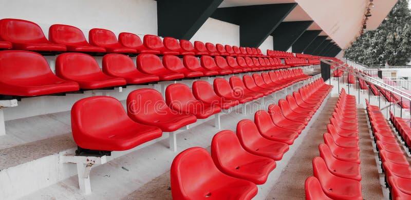 Vista laterale di una fila di sedili in plastica vuota dello stadio di calcio sfondo dei sedili dello stadio fotografia stock