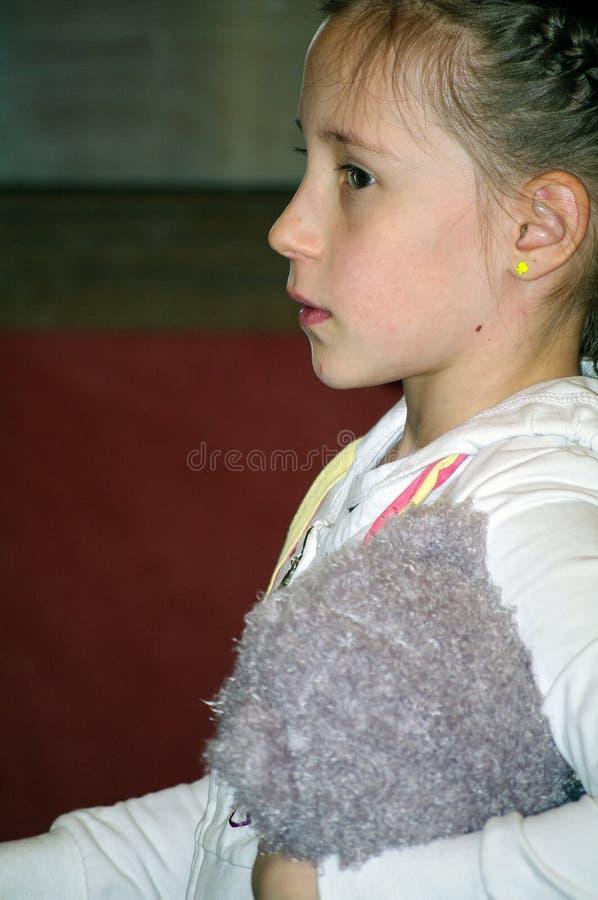 Vista laterale di una ragazza che guarda avanti dentro la stanza immagini stock