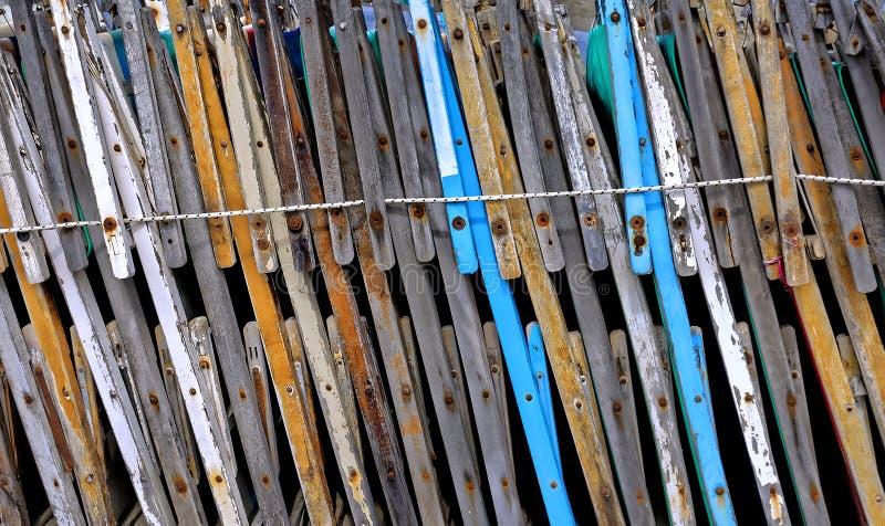Vista laterale di vecchie sedie di spiaggia chiuse ed allineate fotografie stock