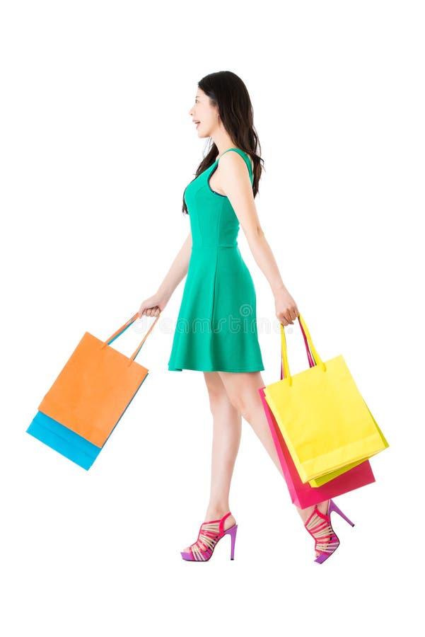 Vista laterale integrale della donna asiatica in vestito verde fotografia stock libera da diritti