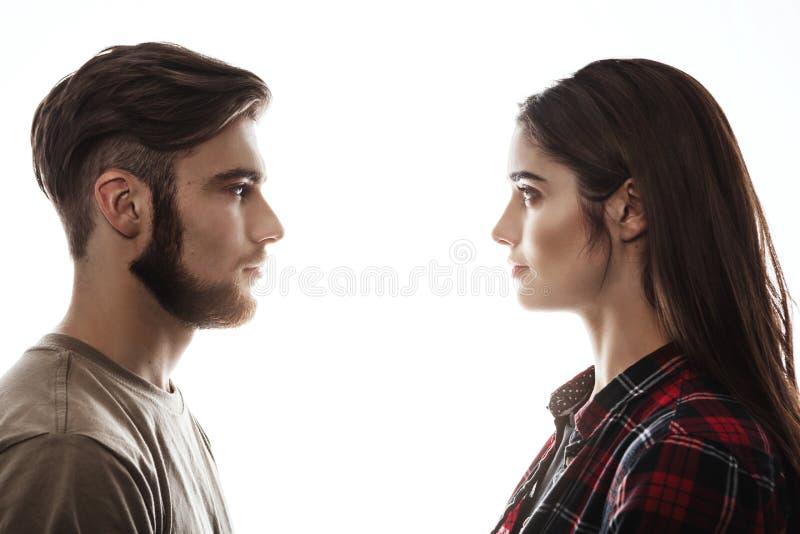 Vista laterale L'uomo e la donna che si affrontano, occhi si aprono fotografie stock