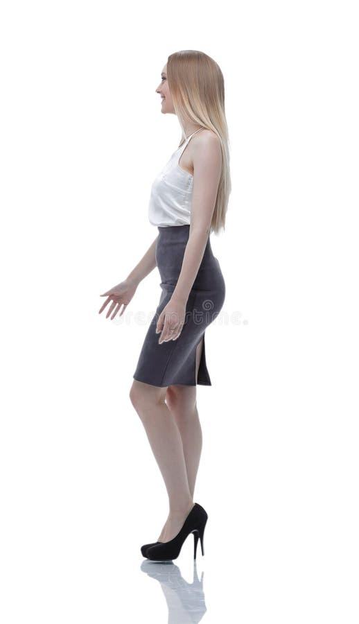 Vista laterale La riuscita donna di affari sta muovendosi in avanti Foto nella piena crescita immagini stock