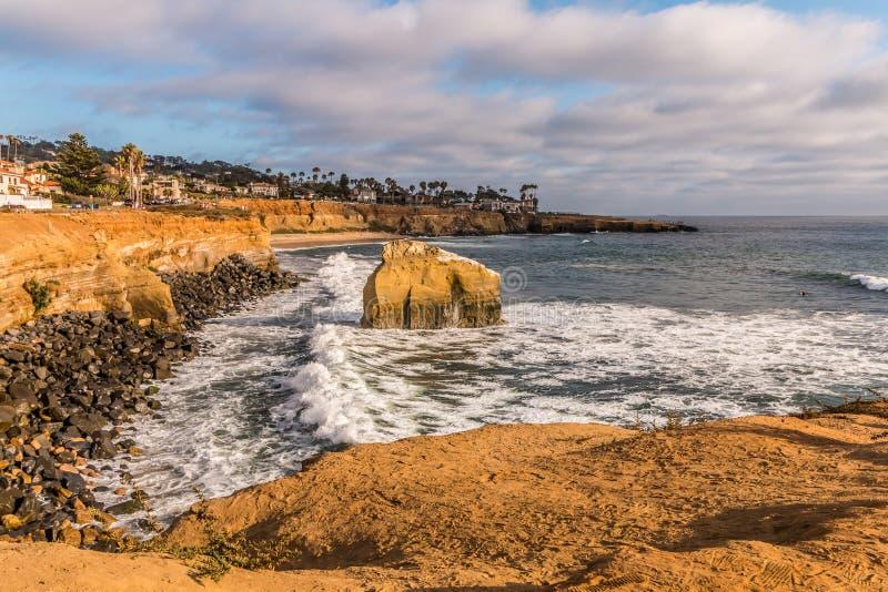 Vista laterale, roccia dell'uccello alle scogliere di tramonto a San Diego fotografia stock