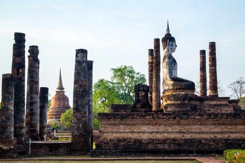 Vista laterale sulla statua di Buddha in sukhothai immagini stock
