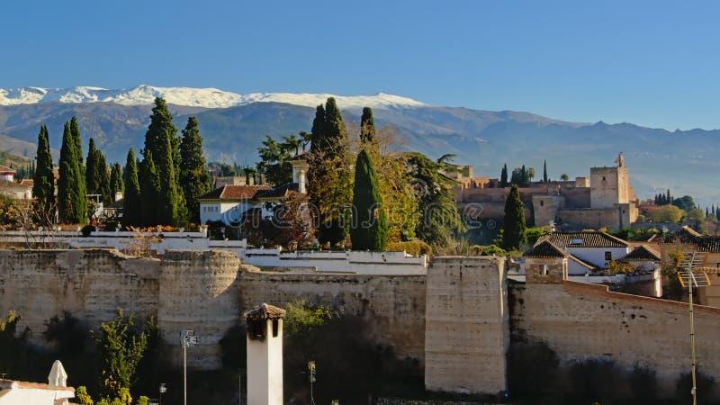 Vista laterale sulle montagne di Sierra Nevada del castello di moresco di Alhambra immagini stock libere da diritti