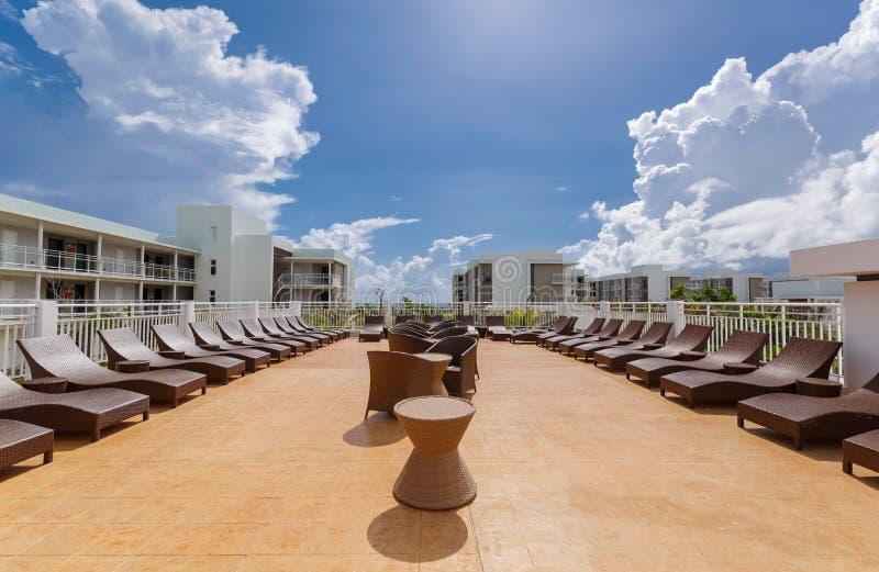 vista lindo da vária mobília exterior à moda moderna do pátio com sunbeds imagem de stock royalty free