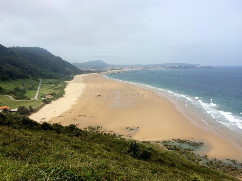 Vista litoral bonita sobre uma praia em spain norte fotografia de stock royalty free