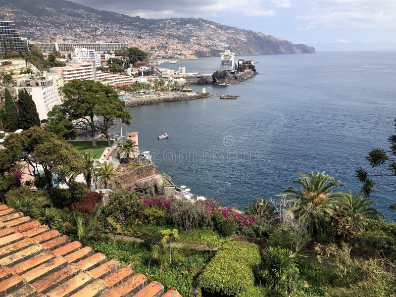 Vista litoral com o navio de cruzeiros no porto imagem de stock royalty free