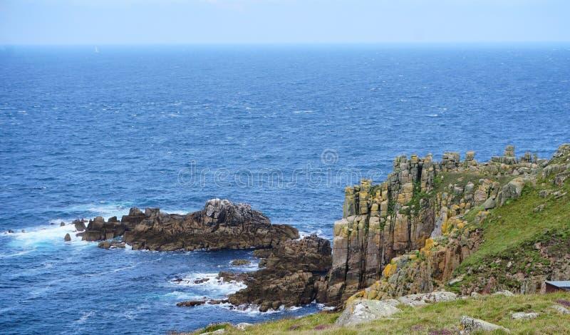 A vista litoral em terras termina, Cornualha, Inglaterra imagem de stock