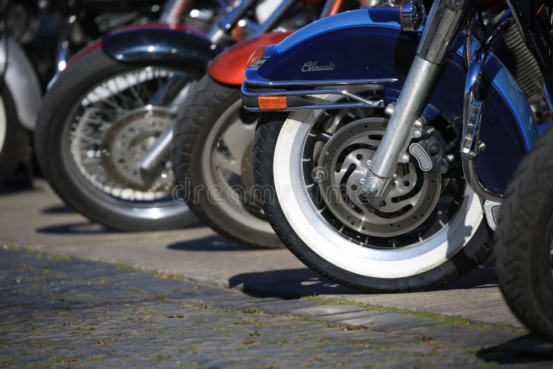 Vista livellata della ruota lungo una fila delle bici parcheggiate fotografia stock