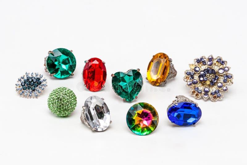 Vista los anillos multicolores de la moda en el fondo blanco imagen de archivo libre de regalías