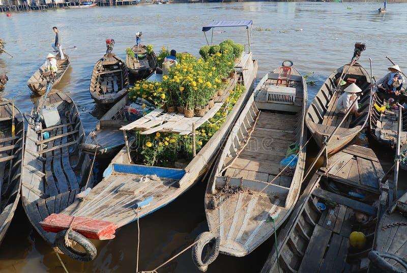 Vista a los barcos que flotan en el agua en el mercado flotante en Cai Be, Vietnam imagenes de archivo