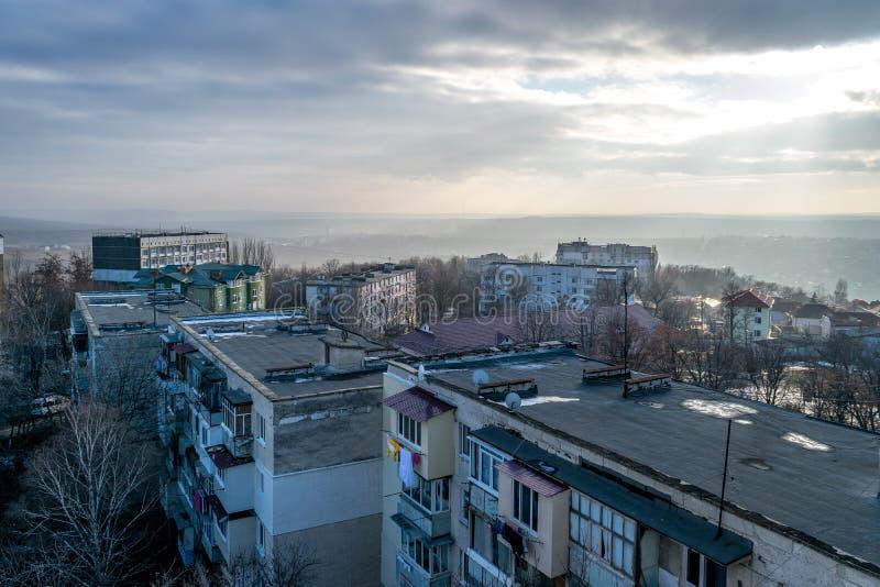 Vista a los tejados durante amanecer en Chisinau imagenes de archivo