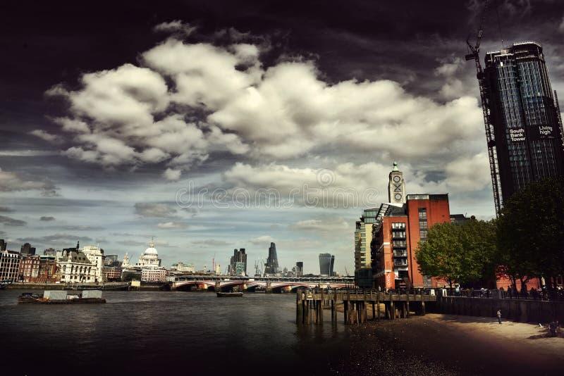 Vista lunatica scura dell'orizzonte della città di Londra immagine stock