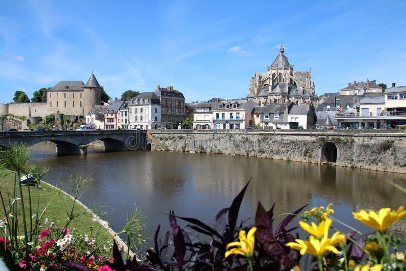 Vista lungo il fiume a Mayenne fotografia stock libera da diritti