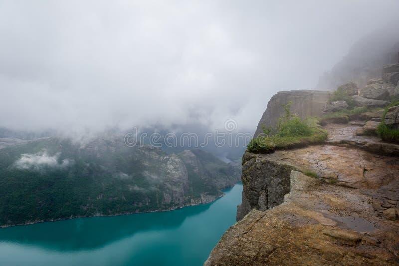 Vista a Lysefjord de la roca famosa de Prekestolen, Noruega imagen de archivo