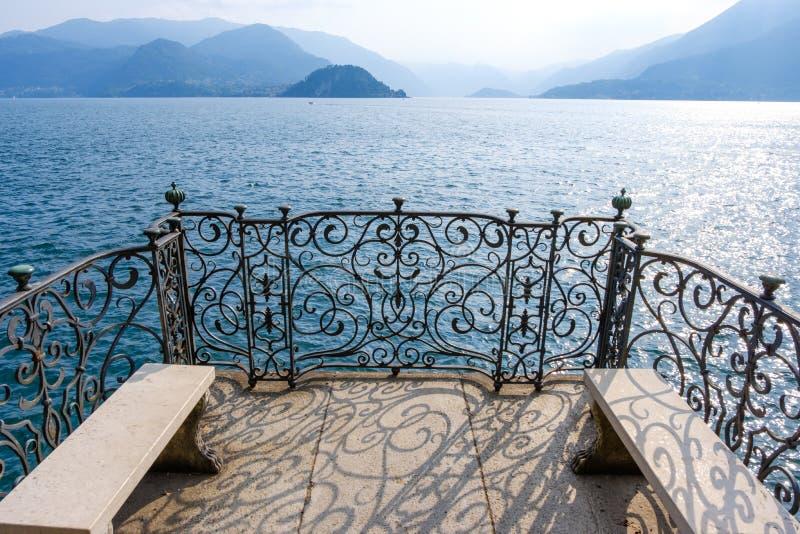 Vista mágica al lago Como del embarcadero fotografía de archivo libre de regalías