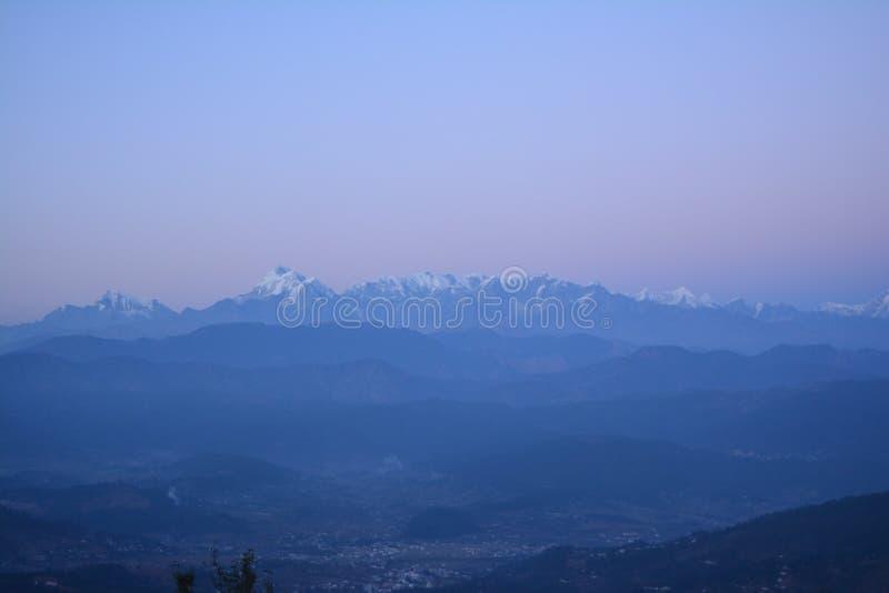 Vista máxima coberto de neve da cidade de Kausani em Uttarakhand, Índia imagem de stock royalty free