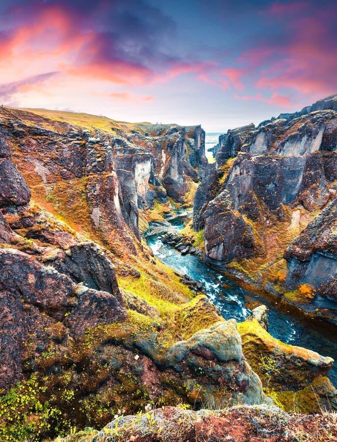 Vista maestosa del canyon e del fiume di Fjadrargljufur Alba variopinta di estate in Islanda sudorientale, Europa fotografie stock