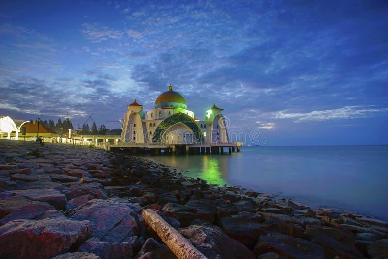 Vista maestosa della moschea degli stretti del Malacca durante il tramonto fotografie stock