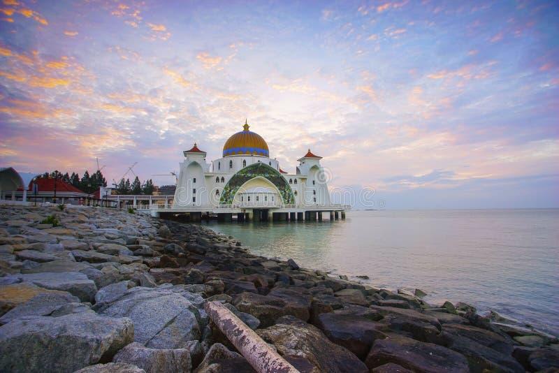 Vista maestosa della moschea degli stretti del Malacca durante il tramonto fotografia stock