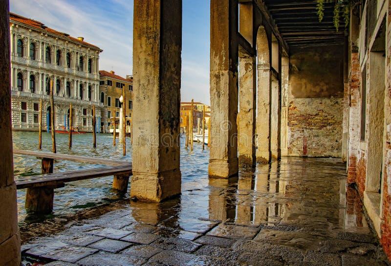 A vista magnífica das casas portuárias do andold das gôndola em Veneza em Itália fotos de stock