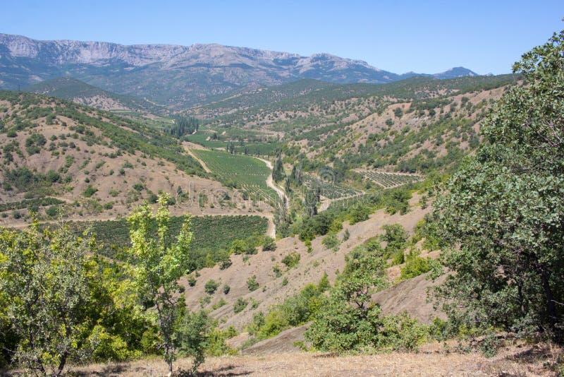 Vista magnífica de las montañas y de los valles de la península crimea en un día de verano imagen de archivo