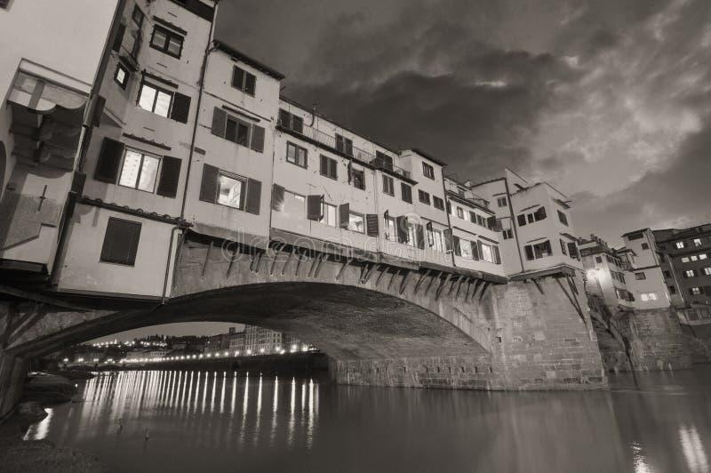 Vista magnífica del puente viejo, Ponte Vecchio en Florencia en la puesta del sol imágenes de archivo libres de regalías