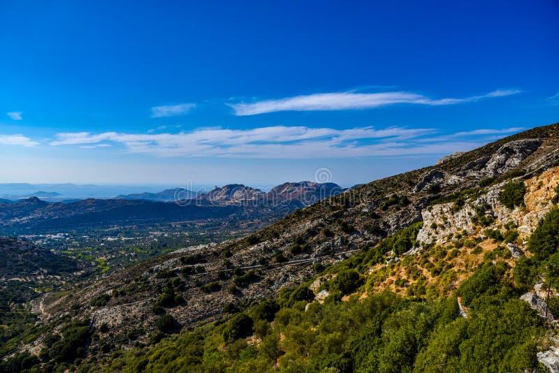 Vista magnífica sobre as montanhas da ilha mediterrânea Naxos em Grécia fotos de stock