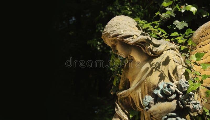 Vista majestosa da estátua do anjo dourado iluminada pela luz solar imagem de stock